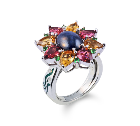 Кольцо из белого золота с бриллиантами, турмалинами, цаворитами, цитринами и сапфиром, артикул 33446-1 - Baskrin